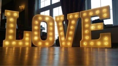 Napis LOVE na Twoje wesele i sesję zdjęciową