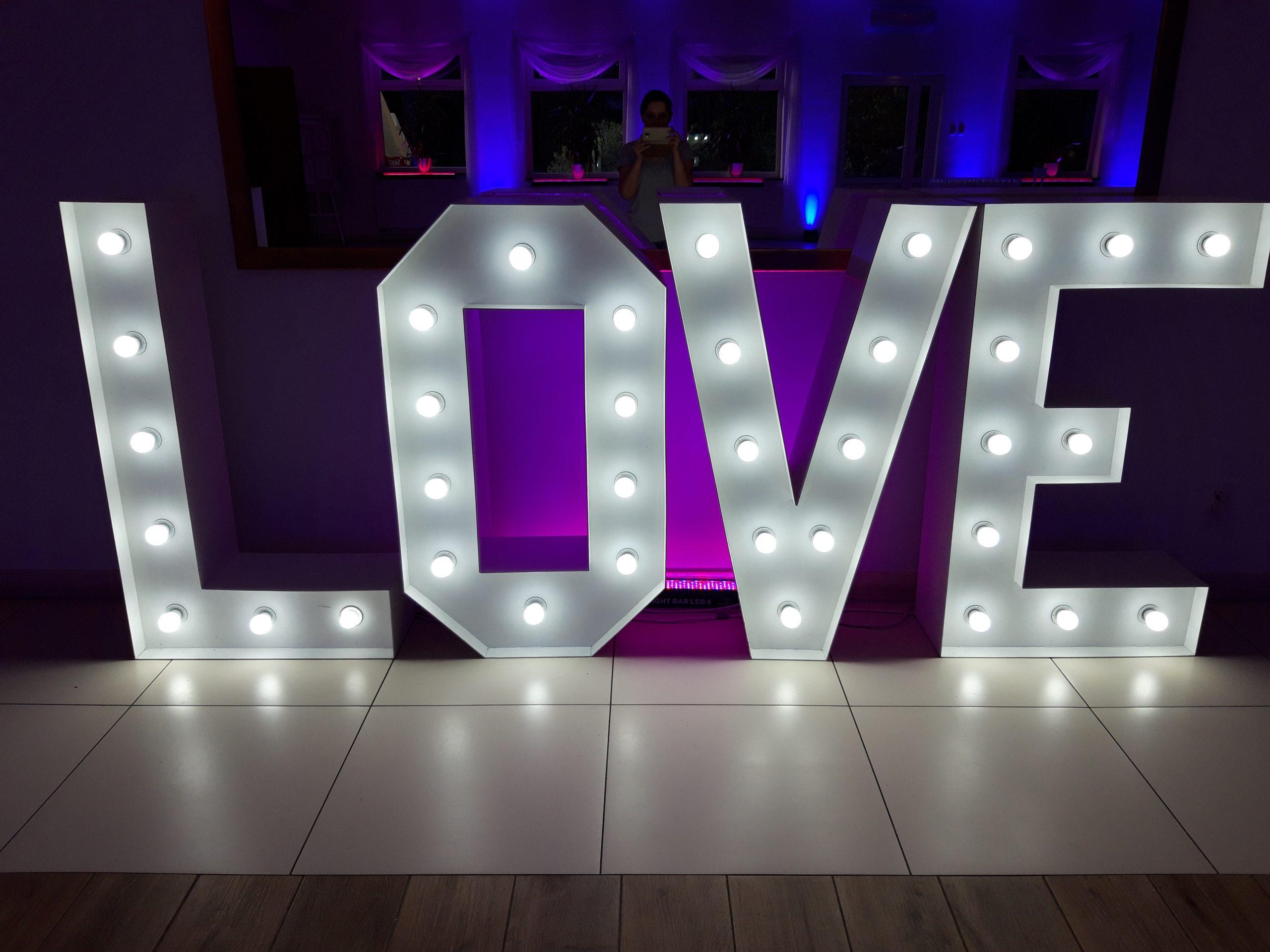 Napis LOVE na wesele i sesję zdjęciową - wypozyczenie-dekoracji, oswietlenie-dekoracyjne - 20190823 192716 scaled